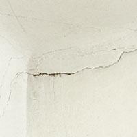 Sprickor kan tyda på sättningsskador eller bristande dränering. Reparera skadan och se om den är återkommande