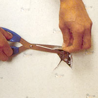 Använd saxen och klipp rent runt el- uttaget