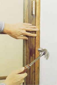 Kan du täcka fogningen med fönstrets eller dörrens foder är givetvis också detta ett effektivt skydd.