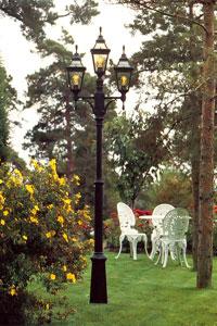Vacker uteplats med tre lampkupor.