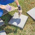Delar betongplatta med huggmejsel