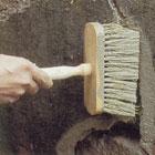 Använd en kvast när du slår på grundningsbruket