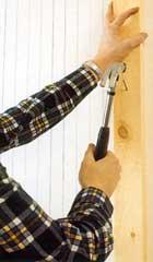Är väggen av trä eller har underliggande träreglar kan du fästa den nya väggregeln med vanlig spik
