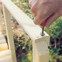 Använd en försänkare för trä och försänk skruvhålen.