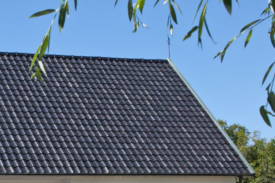 Glaserade takpannor på villatak