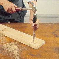 Hugg bort klossen med ett stämjärn ur brädan så att uttaget blir fritt.