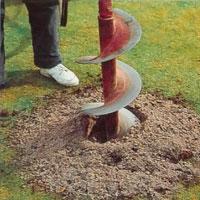 Om marken är tung kan du göra hålen med ett jordborr.