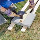 Knäcker betongplattan med slägga