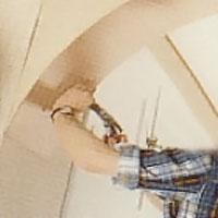 När valvbågens undersida är helt täckt undersöker du om plywooden är ordentligt fäst i skarvar och kanter.