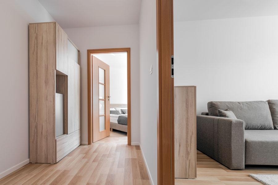 Laminat i vardagsrum, hall och sovrum