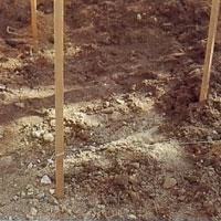 Mät och markera för samtliga stolpar med hjälp av snöre och pinnar.