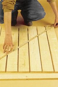 För att få brädorna att ligga i räta vinklar mäter du diagonalerna.