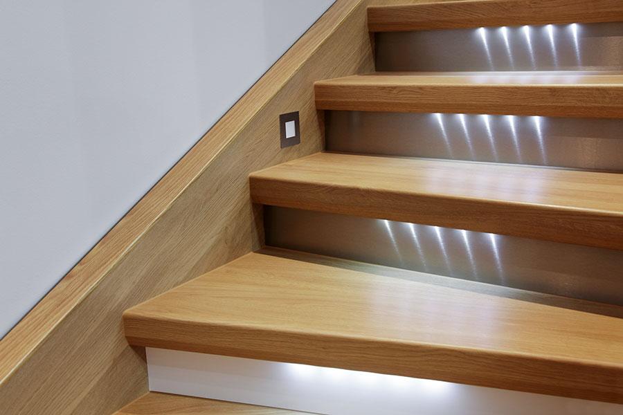 Plansteg och sättsteg på en trätrappa