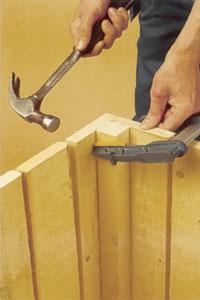 Res väggarna och förstärk de inre hörnen med fyrkantsstavar.
