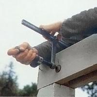 Sätt balkarna i urhakningarna på stolpen.