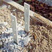 Fyll med betong eller plintar och sätt ner stolpskor.