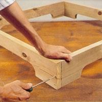 Förborra och sätt sedan ihop sockel lådan med rostfri skruv