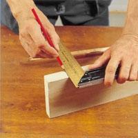 Använd en snickarpenna och vinkelhake.