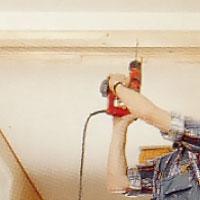 Plugga ev och spika sedan fast reglarna i taket.