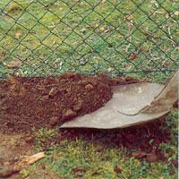Täta med jord för att förhindra att småvilt tar sig in på tomten.