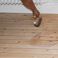 Lackera golvet med två-komponent klarlack
