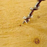 Vid genomgående borrning, bryt när matar skruven går igenom