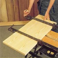 Limma locket av två brädor i dimensionen 20 mm. Pressa med tvingar.