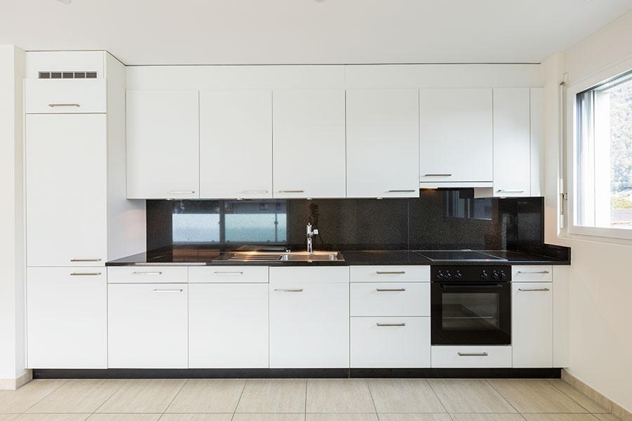Modern köksstil med svart bänkskiva