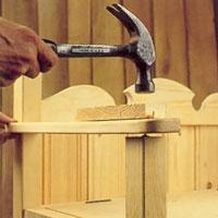 Placera armstödet på exakt rätt plats och slå lätt på det med en hammare