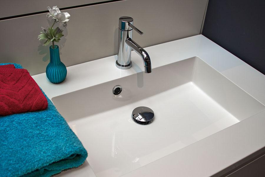 Tvättställ av komposit på tvättställsskåp