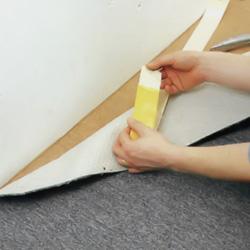 Tar bort en liten bit skyddspapper i ändarna på tejpen