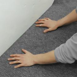Pressar in heltäckningsmattan mot golvsockeln