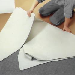 Viker upp kortsidans bägge hörnor på mattan