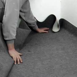 Trycker upp mattan mot väggarna