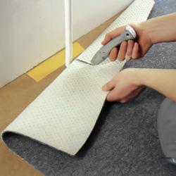 Skär mattan vinkelrätt för röret