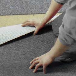 Håller i mattan så att den inte glider