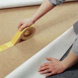 Fäster dubbelhäftande mattejp efter markering