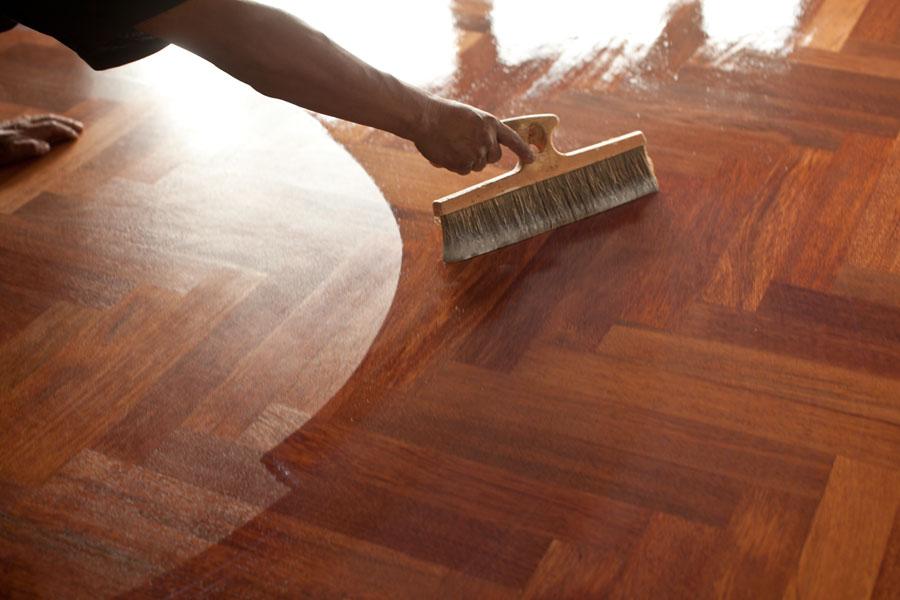 Avslutar med att lackera trägolvet