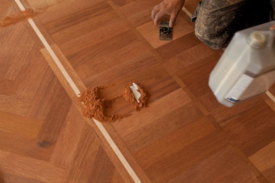 blandar slipdamm med golvlack