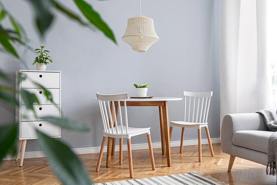 betsat trä på möbler
