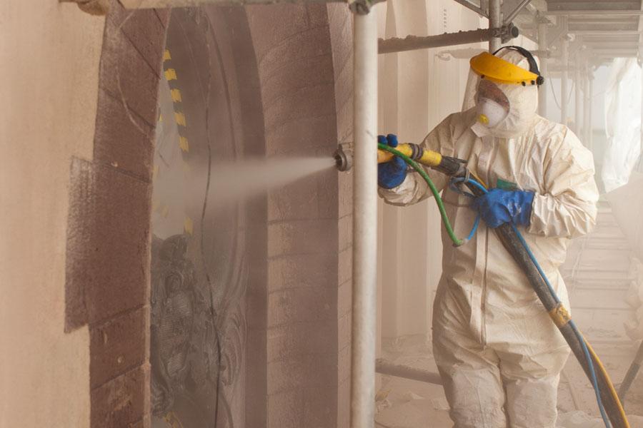 färgborttagning med sandblästring putsad fasad