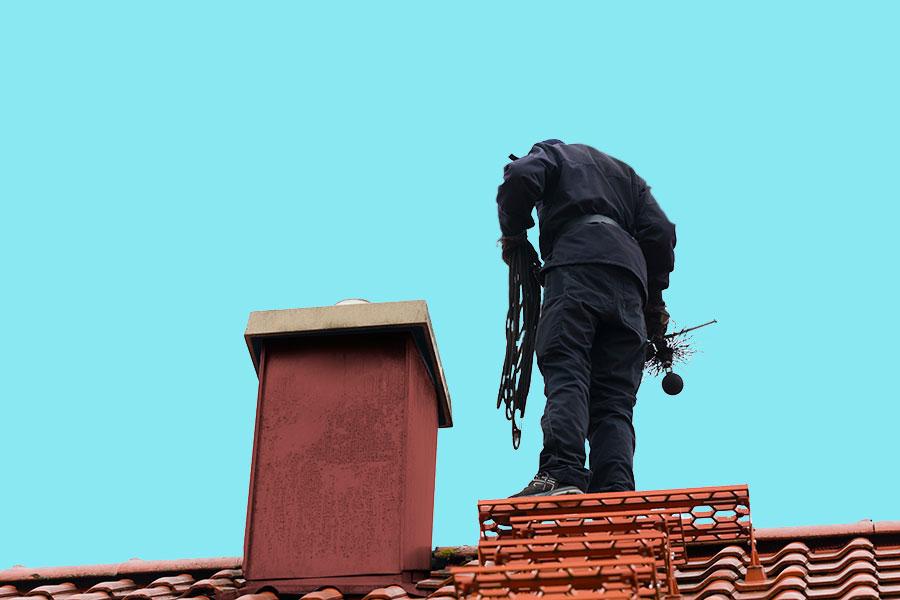skorstensfejaren besiktar skorsten innan braskaminen får användas