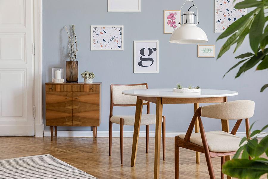 vackert betsade stolar bordsben och byrå