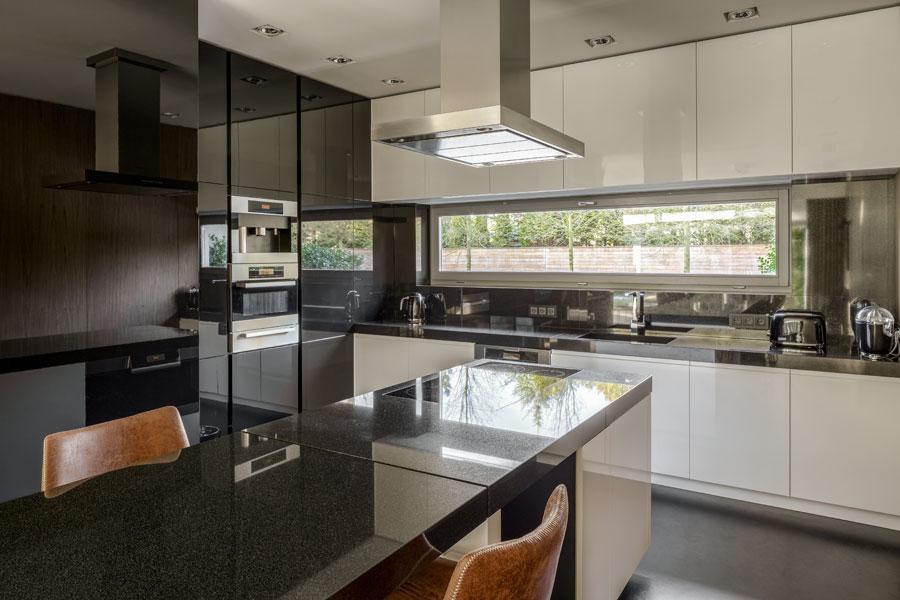 Modernt kök med köksluckor i svart pianolack