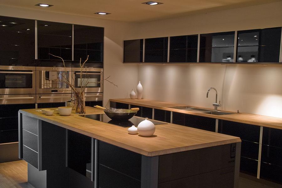 Kök med blandning av svarta och träfärgade bänkskivor