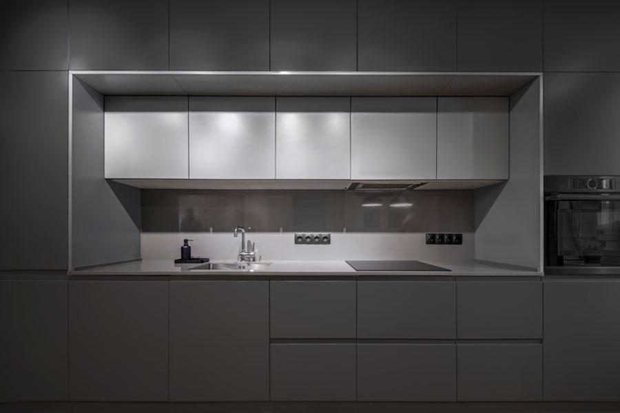 Svart kök med grå bänkskiva