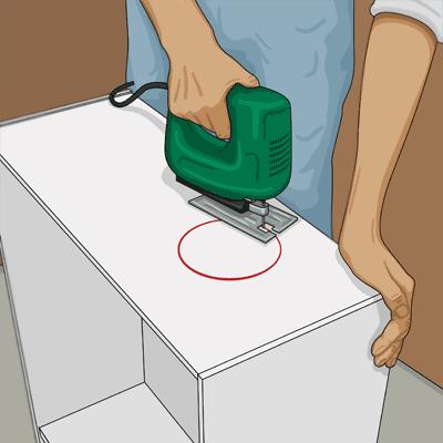 Sågar upp hål för röranslutning till köksfläkten