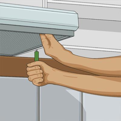 Sätter upp köksfläkten på plats