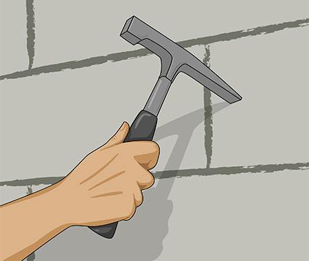 Steg 1. Använd en murarhammare och knacka loss all lös gammal puts från väggen.