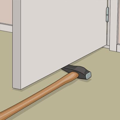 Lyft dörren med hjälp av en yxa